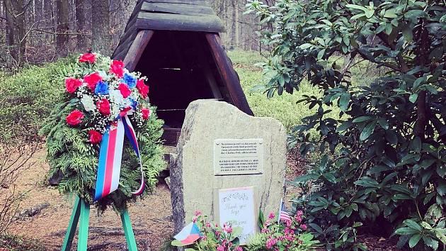 Most v lese nad Dobrou Vodou byl zaminovaný. Prvního května 1945 tady zahynula sedmičlenná americká posádka.