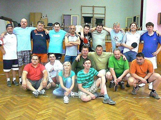 Společný snímek účastníků Velikonočního turnaje ve stolním tenisu v Zahořanech.