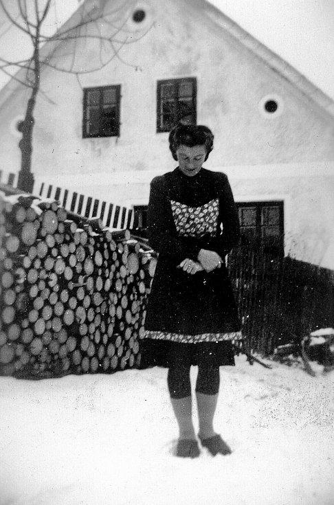 Kniha Po pěšinách Bělskem představuje historii regionu a jeho proměny. Součástí jsou dobové fotografie zaniklých obcí. Snímek pochází z bývalého Lískovce.