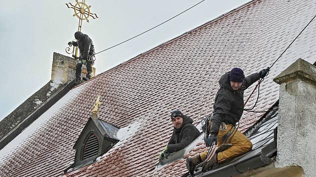 Horolezci na loučimském kostele. Z výšky jsou unikátní pohledy a záběry.