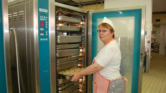 2015. Moderní vybavení udržuje pokrmy v potřebné teplotě.