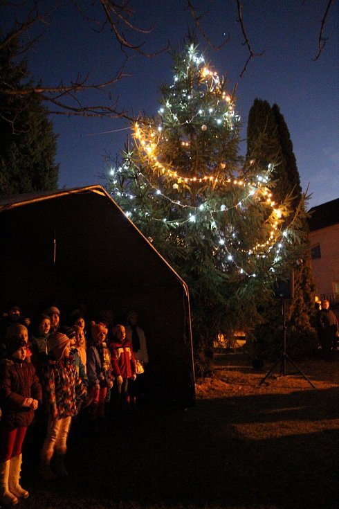 Z rozsvícení vánočního stromu v Chodově.