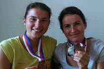 Barbora Beroušková (vlevo) a Kateřina Razýmová – sestry ověnčené medailemi.