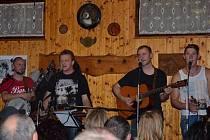 Bělské country večery. Pravidelně jednou za měsíc se scházejí milovníci hudby v klubu P&P v Bělé nad Radbuzou při oblíbených country večerech. Na snímku hudební uskupení B –  projectz jubilejního třicátého country setkání.