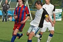 DIVIZNÍ DERNIÉRA SLAVOJE. Na snímku se kolovečský Milan Gabriel pokouší zabránit střele kapitána Hořovicka Luďka Kaufmana. Předehrávané utkání nakonec skončilo remízou 2:2.
