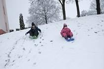 Sněhovou nadílku si užívaly děti v Domažlicích.