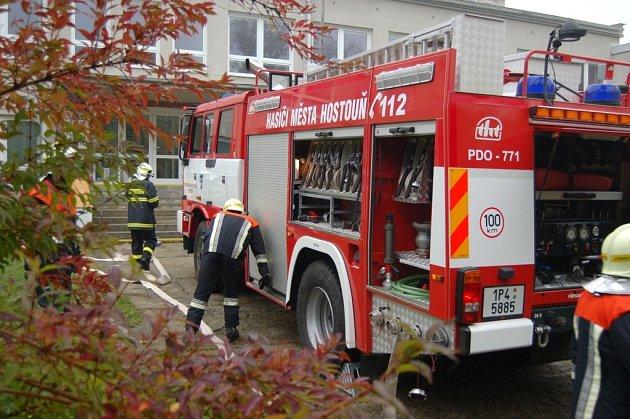 Evakuace hostouňské školy a hasičské cvičení.