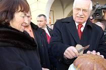 Prezidenta vítali v Domažlicích chlebem a solí.