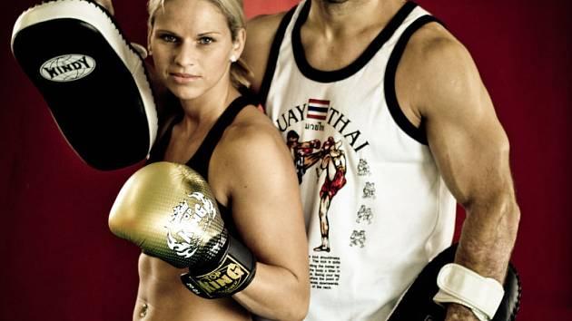 HOLÁ ZÁPASILA V MOSKVĚ. Na první fotce je Alena Holá s trenérem, na druhé je s dortem, který dostala od přátel a kamarádů z domažlického Shaolin Tigers k zisku titulu mistryně světa.