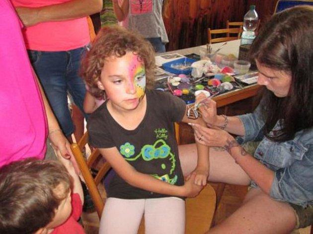 Děti si svůj den v Semněvicích náležitě užily. Topka bylo malování na obličej.
