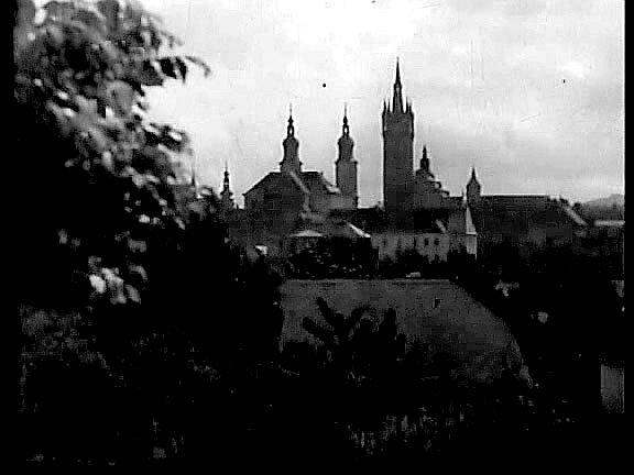 Záběry stověžaté Prahy, kde se část filmu odehrává, ve skutečnosti pocházejí zcentra Klatov.