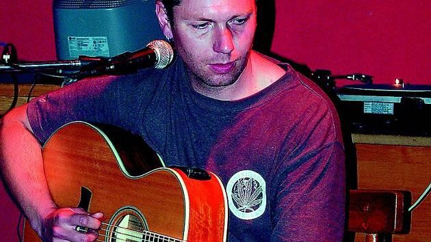 XAVIER BAUMAXA VYSTOUPIL V MOSKYTU. Nekompromisní  písničkář z Litvínova hrál v sobotu večer v domažlickém Music baru Moskyto.