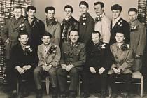 Třináct tváří. Černobílá fotografie navždy zachytila tváře a pocity kvíčovických mužů při odvodu branců v roce 1964. Poznáváte sami sebe nebo některé své blízké?