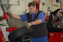 Zaměstnanci pneuservisu Chara sport Domažlice mají plné ruce práce.