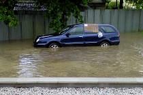 Zaplavené auto v Horšovském Týně.