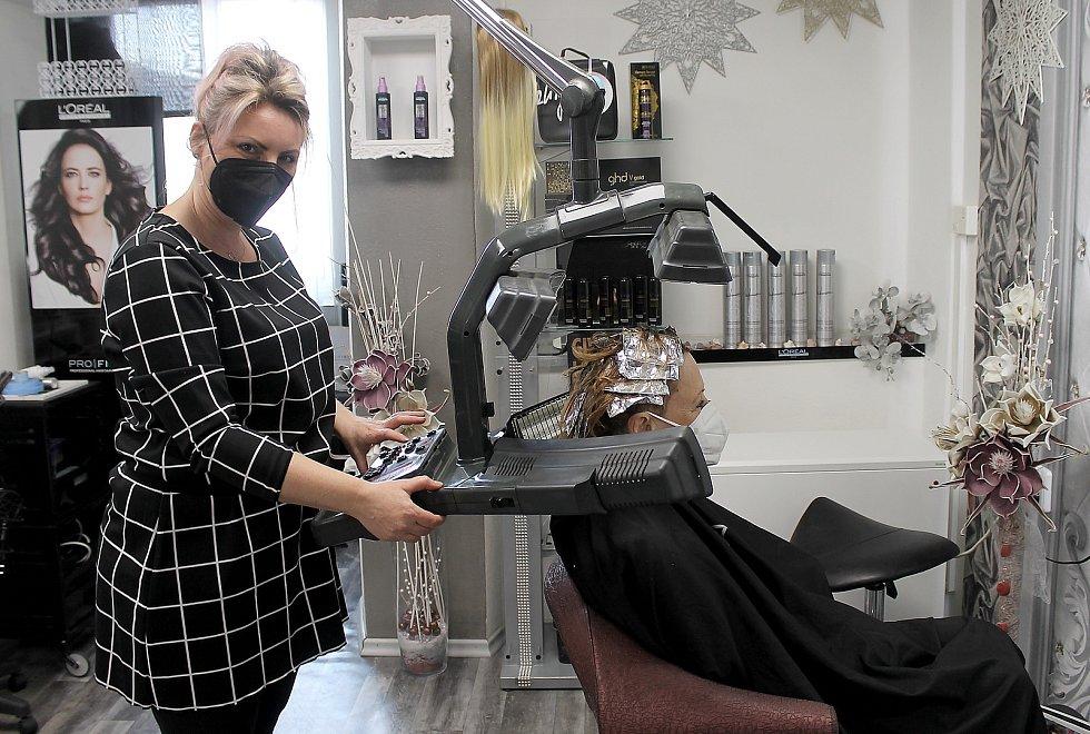Pavlína Novosadová v pondělí po dlouhých měsících mohla znovu otevřít své kadeřnictví, které sídlí na domažlickém náměstí. Na fotografii barví zákaznici Jaroslavu Hrabíkovou.