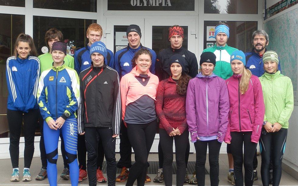 Jiří Královec (vpravo nahoře) se svými mladými svěřenci.