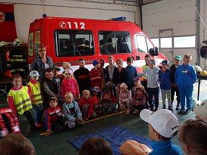 Děti ze školky se přišly podívat na hasiče v Horšovském Týně.