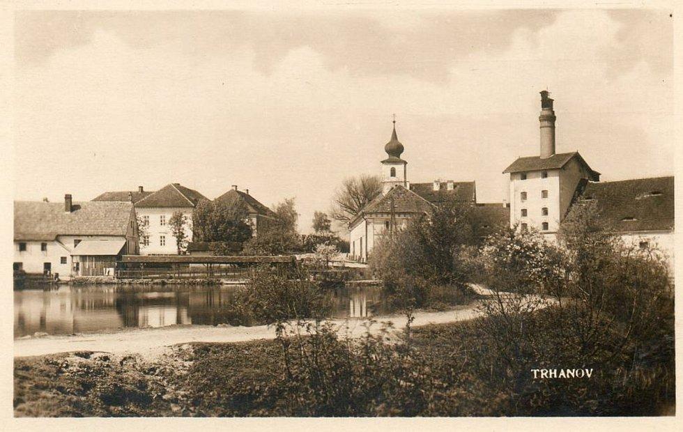 Často se na pohlednicích nebo fotografiích objevuje trhanovský zámek. Nechybějí ani snímky mapující proměnu obce.