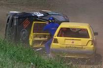 K největší kolizi došlo ve finále divize do 1600ccm. David Křepelka z Velké Hleďsebe právě vyskakuje ze svého VW Golf, aby pomohl Jiřímu Teršovi z Tajanova opustit jeho převrácenou felicii.