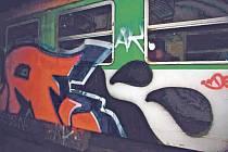 Jeden z pomalovaných vagonů na Domažlickém nádraží.