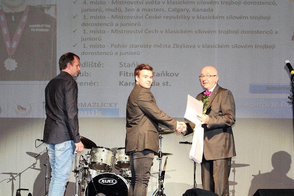 Mládež do 18 let - jednotlivci (bez vyhlášení pořadí): silový trojbojař Karel Rada mladší (uprostřed).
