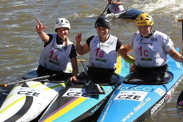 České vodní slalomářky, které na Mistrovství světa v Brazílii vybojovaly stříbro v hlídkách.