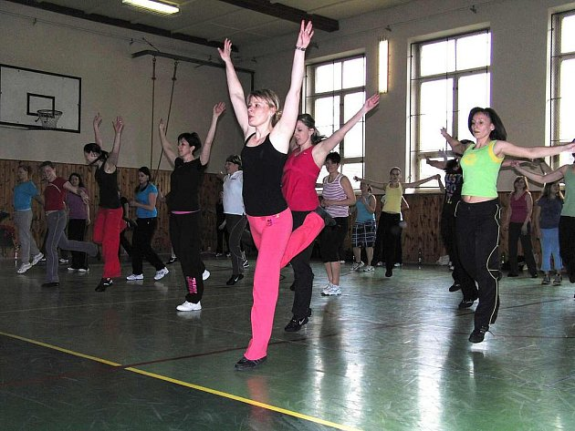 Odpoledne plné pohybu v Postřekově. Do tělocvičny se cvičenci tak, tak vešli, několik zájemců odjelo. Aerobik předcvičovala Eliška Odvodyová (zcela vpředu).