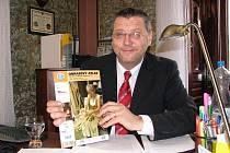 Starosta Miroslav Mach nám ukázal propagační atlas KČT, ve kterém opět turisté najdou Domažlice.