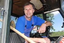 Se starostou Nevolic Josefem Velkem jsme o dotaci na vodovod hovořili ve chvíli, kdy brigádníci nakládali na valník traktoru, který řídil, trávu z tamních mezi.