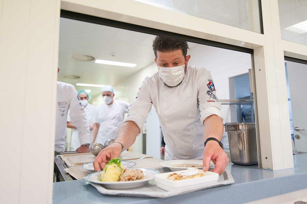 Národní tým kuchařů a cukrářů ve středu uvařil tříchodové menu pro domažlické zdravotníky i pacienty.