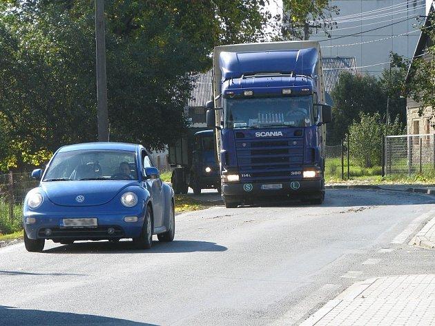 V důsledku zátěže z nadměrné kamionové dopravy praská staré vodovodní vedení. Vyměněno bude spolu s opravou silnice.