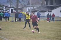 Sokol Postřekov (červené dresy) vyřadil ve druhém kole fotbalového Poháru PKFS Okulu Nýrsko (modré dresy).