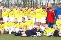 Společný snímek mladších žáků Jiskry Domažlice s trenéry.