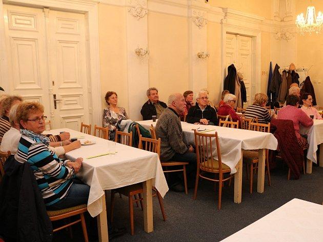 První přednášku navštívilo asi 30 zájemců.