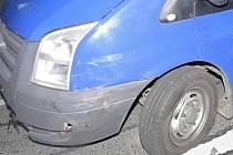Ford Tranzit, do kterého bočně narazilo vozidlo značky Škoda Superb.