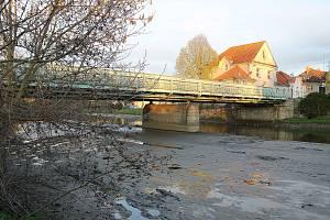 Hladila řeky Radbuzy výrazně klesla. Začaly totiž přípravné práce kvůli odstranění mostu přes Radbuzu v Horšovském Týně.