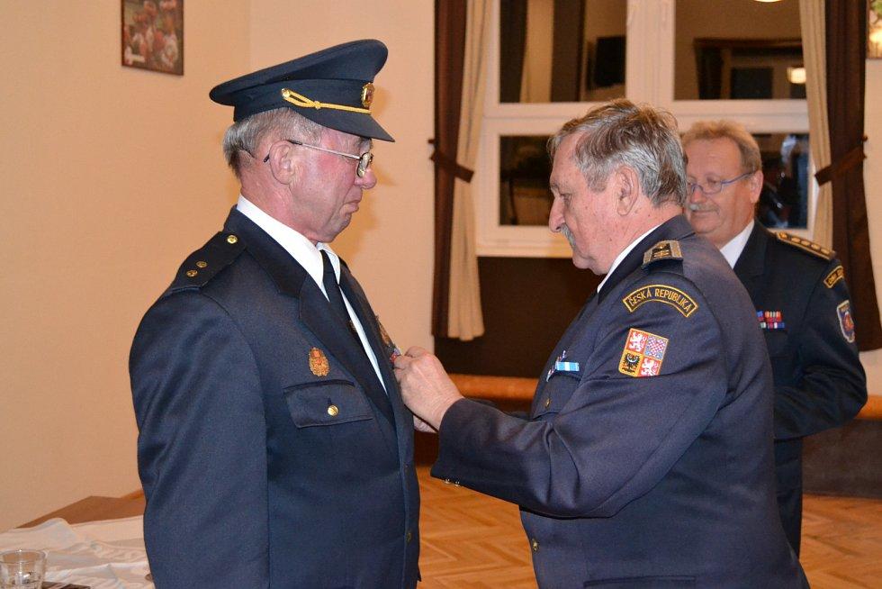 Sbor dobrovolných hasičů v Újezdě předal nejvyšší vyznamenání. Na snímku zleva vyznamenaný Jiří Černý, náměstek starosty Lubomír Janeba a starosta Václav Kalčík.