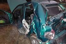Náklaďák narazil zezadu do nic netušící osádky osobního vozu.