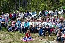 Ze svěcení nové kapličky sv. Vojtěcha. Prostor zaplnily odhadem dvě stovky příchozích.