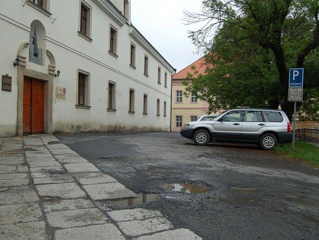 PARKOVACÍ MÍSTA budou upravena i při renovaci prostranství před ZUŠ J. Jindřicha v samém centru Domažlic.