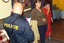 Ve Kdyni jsme byli při tom, když policisté kontrolovali v úterý po 21. hodině dvě ženy z Ukrajiny. Ani jedna u sebe neměla doklady, proto telefonovala jedna z nich ´šéfovi´