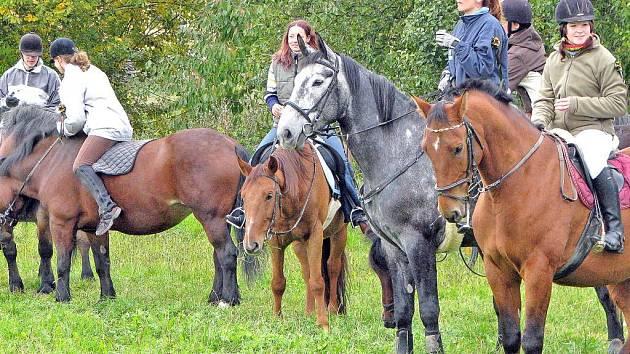 Milovníci koní se sešli v Chrastavicích, aby Hubertovou jízdou oslavili konec jezdecké sezony.