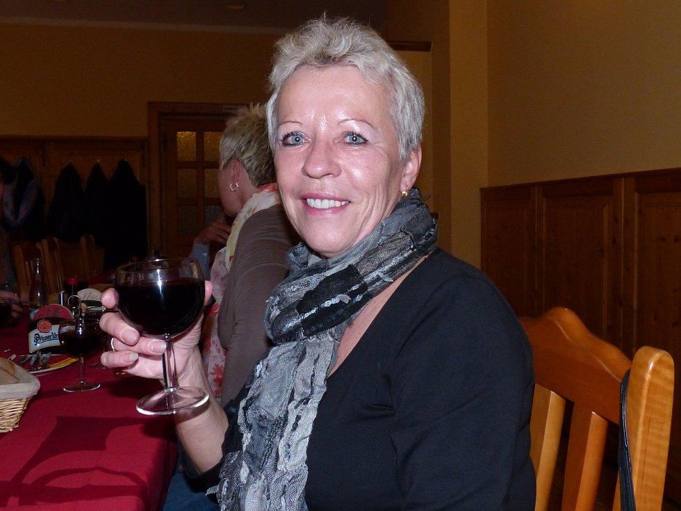 ANNA MALINSKÁ z Bělé nad Radbuzou nedávno obdržela ocenění za 80 odběrů, na kontě jich už však má 85. Při společném posezení s večeří, které pro dárce zorganizovalo Město Bělá, takto připila čtenářům Domažlického deníku na zdraví.