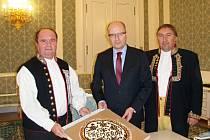KOLÁČ PRO PREMIÉRA. Představitelé spolku (předseda V. Kupilík na snímku vlevo  a místopředseda R. Panoš vpravo) předávají předsedovi vlády Bohuslavu Sobotkovi chodský koláč.