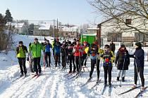 Účastníci lyžařského výletu kolem Brnířova.