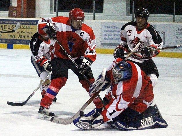 Z derby dvou nejlepších týmů Domažlické NHL mezi hokejisty AHC Devils Domažlice a SKP Domažlice.