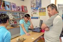 Miroslav Minařík se ve vietnamském obchodě  naproti nové škole v Domažlicích snaží reklamovat nekvalitní boty.