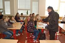 PREVENTIVNÍ AKCE. Škola a policisté připravili besedu o drogové problematice pro žáky vyšších ročníků. Foto: