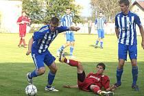 REMÍZA V HLAVICI. Na snímku je u míče domažlický Martin Mandous a Milan Braun, autor vedoucího gólu Jiskry.